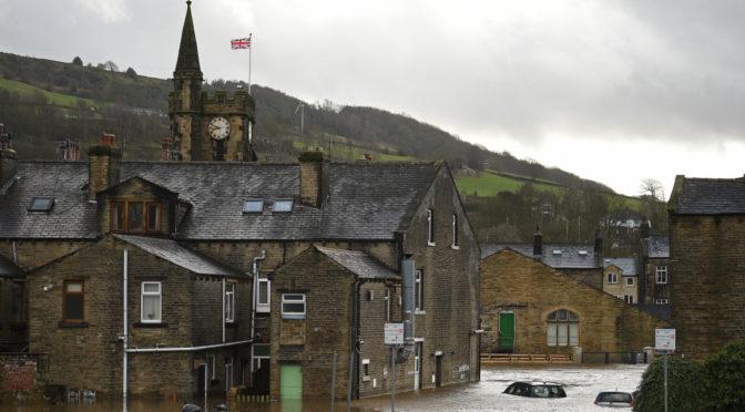 Hatalmas áradások Angliában, a Ciara félbehajlított egy darut is