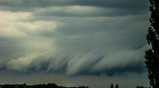 A látványos hétvége második napja újabb peremfelhővel