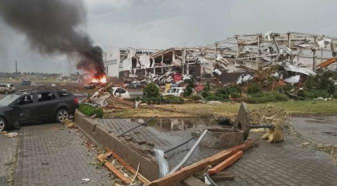 Félelmetes videók a csehországi tornádóról ,és pusztításáról